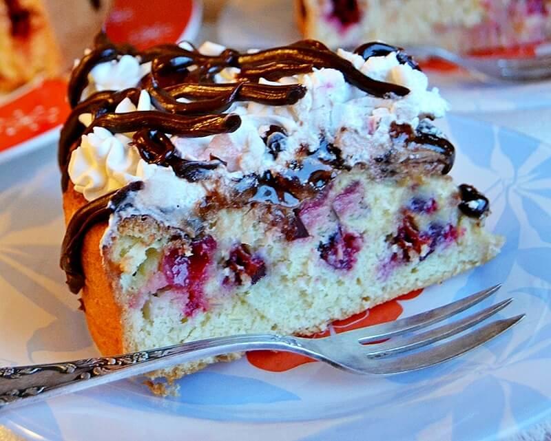 kolac sa visnjama i cokoladom